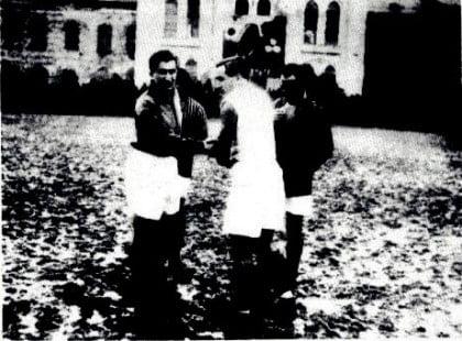 Hakem Kemal Halim Gürgen, Galatasaray kaptanı Nihat Bekdik ve Fenerbahçe kaptanı Zeki Rıza Sporel.