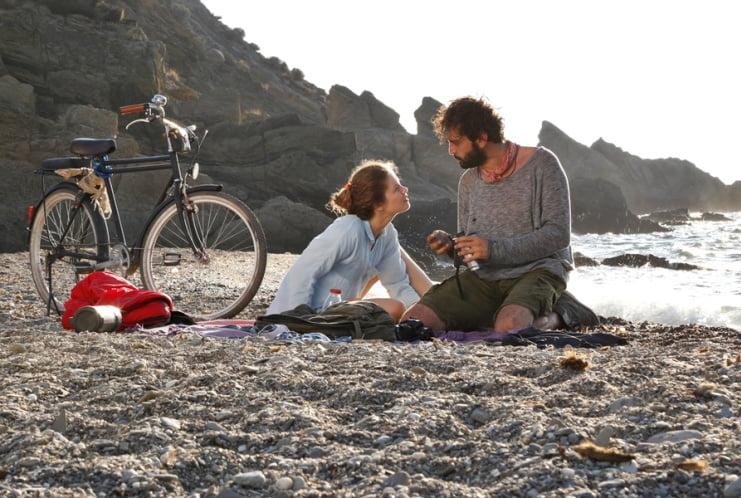 Çok Uzak Fazla Yakın: Benzerlerinden ayrı tutulması gereken bir yerli  romance | Tersninja.com
